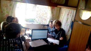 L'équipe de Radio LaMano enregistre une émission dans le studio caravane :)